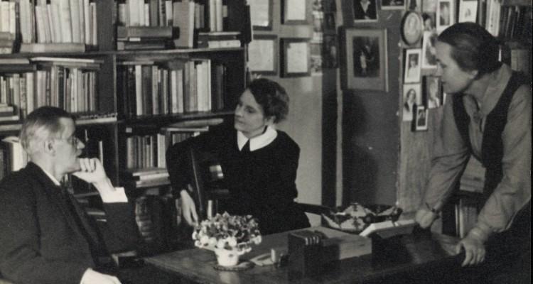 James_Joyce_with_Sylvia_Beach_at_Shakespeare_&_Co_Paris_1920